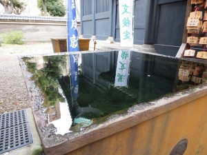 小雨。湯島聖堂の水桶が満杯でした。